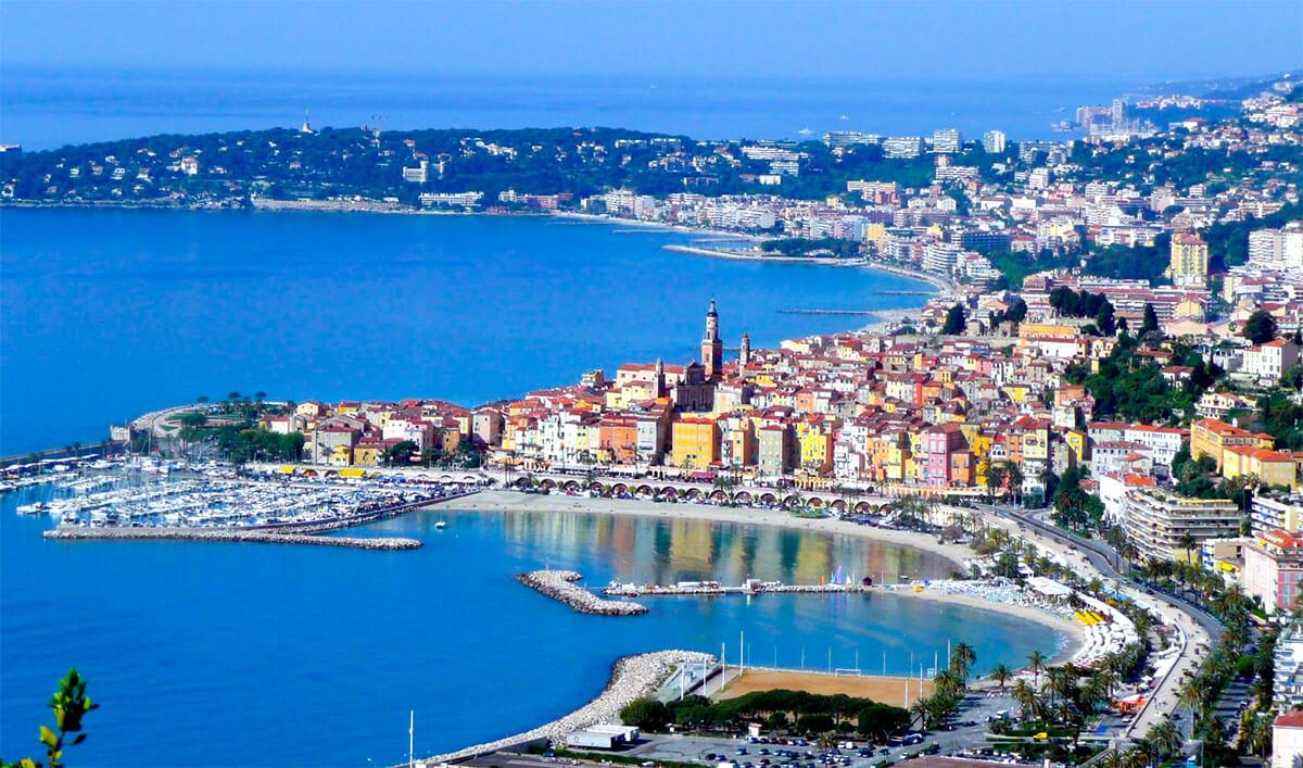 Vue aérienne de la ville de Menton, Côte d'Azur.